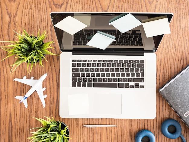 Widok z góry laptopa biznesmena, garnka z trawą, drewniane biurko