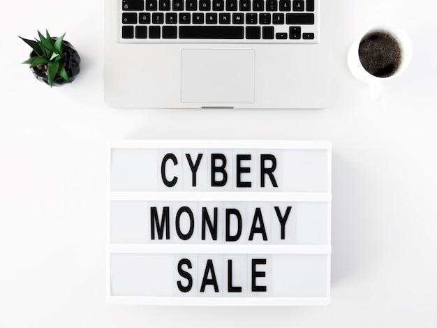 Widok z góry laptopa i podświetlanego pudełka na cyber poniedziałek