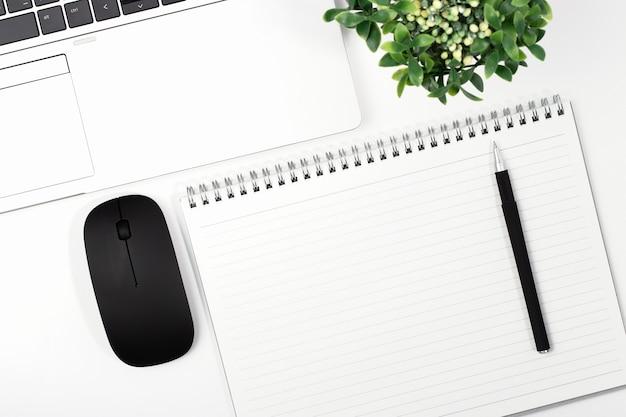 Widok z góry laptopa z myszą i notebookiem