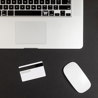 Widok z góry laptopa z myszką i kartą kredytową