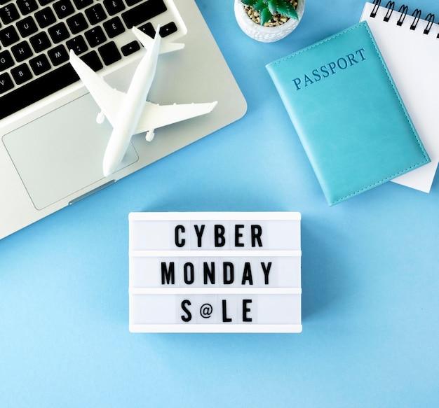 Widok z góry laptopa z paszportem i podświetlanym pudełkiem na cyber poniedziałek