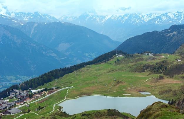 Widok z góry latem górskiej wioski bettmeralp (szwajcaria)