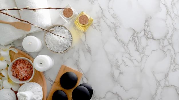 Widok z góry leczenia uzdrowiskowego i relaks koncepcja z białym ręcznikiem, solą spa, gorącym kamieniem i innymi akcesoriami spa