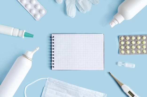 Widok z góry leków na niebiesko z notatnika.