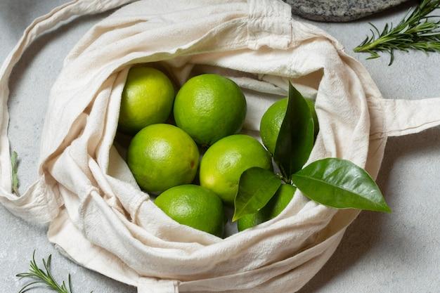 Widok z góry limonki w torbie