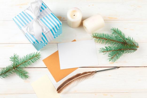 Widok z góry listu bożonarodzeniowego pisania na żółtym papierze na drewnianym tle z dekoracjami