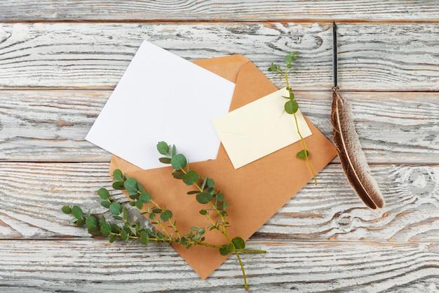 Widok z góry listu do świętego mikołaja. papier na drewniane z dekoracjami świątecznymi