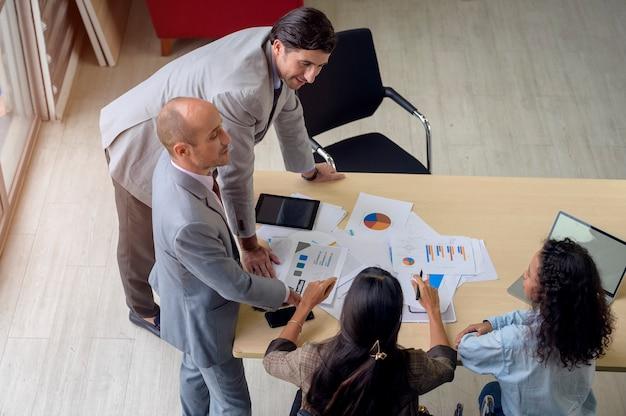 Widok z góry ludzi biznesu spotykają się w biurze, koncepcja pracy zespołowej firmy.