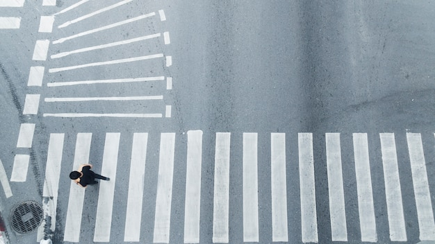 Widok z góry ludzi chodzić na ulicy dla pieszych na ulicy miasta.