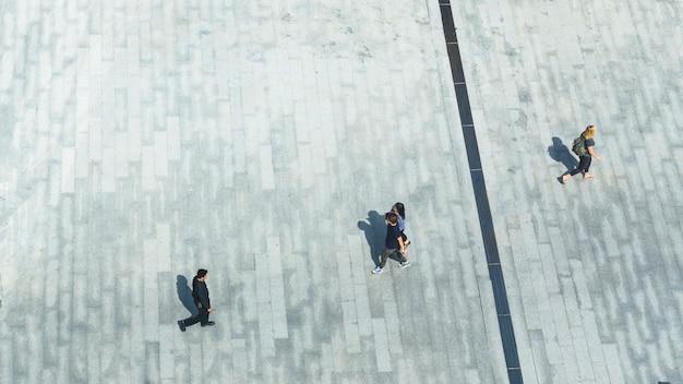 Widok z góry ludzi chodzić po mieście pieszych ulicy