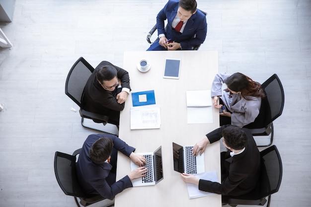 Widok z góry ludzie biznesu pracujący w zespole biznesowym sali konferencyjnej i kierownik na spotkaniu