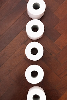 Widok z góry luźnego papieru toaletowego na podłodze