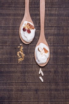 Widok z góry łyżki jogurtu organicznego na stole