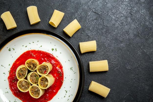 Widok z góry makaron z mięsem i sosem pomidorowym na szarym tle ciasto mięsne makarony żywności