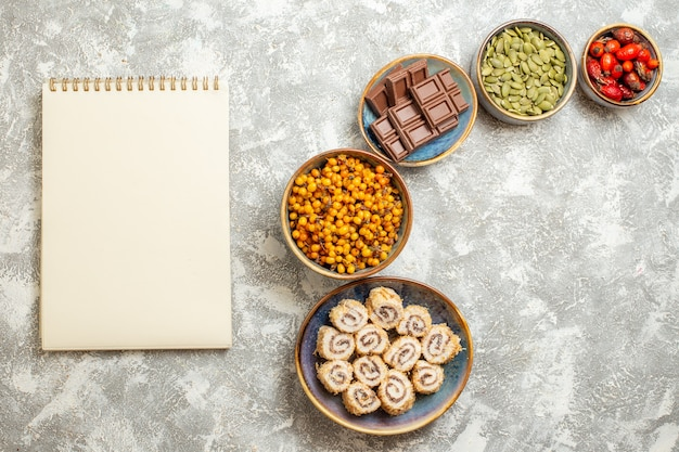 Widok z góry małe cukierki rolki z czekoladą na jasnym białym tle