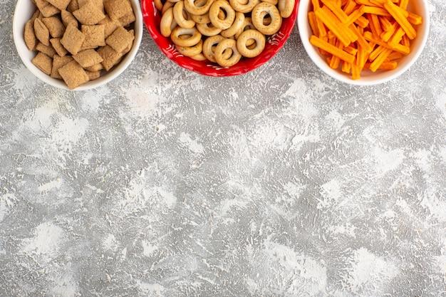 Widok z góry małe krakersy z ciasteczkami poduszkowymi i sucharkami na białej powierzchni