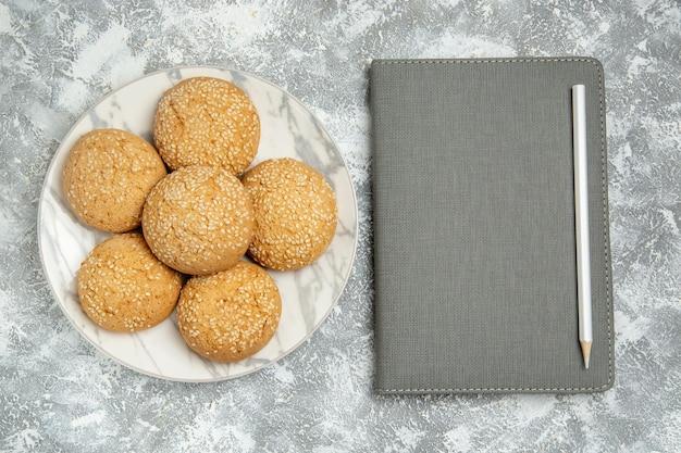 Widok z góry małe miękkie ciasteczka pyszny deser na herbatę na białej powierzchni