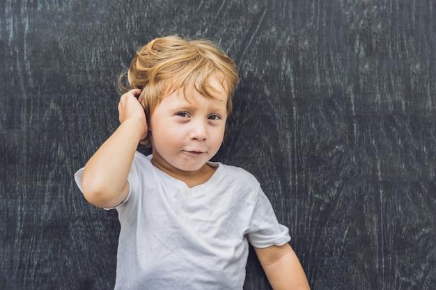 Widok z góry małego blond chłopca z miejscem na tekst i symbole na starym drewnianym.