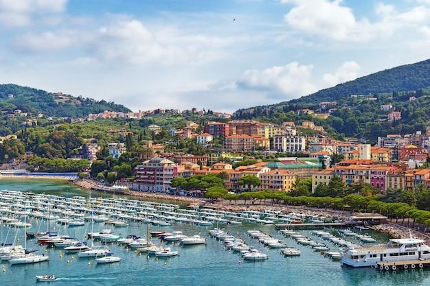 Widok z góry małego miasta lerici na wybrzeżu liguryjskim, włochy, w prowincji la spezia. panoramiczny widok na włoskie miasto lerici. dużo łodzi w porcie i plaży miejskiej. widok lerici z zamku.