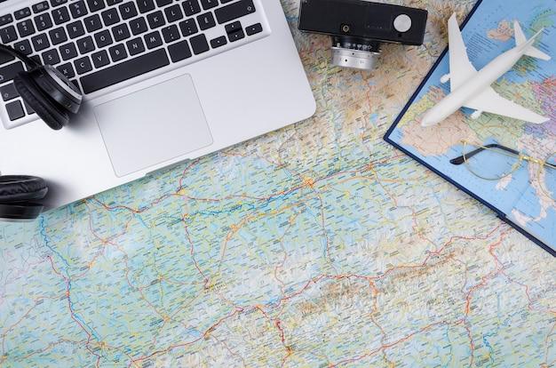 Widok z góry mapa świata z laptopem