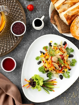 Widok z góry marynowanej sałatki grzybowej z kukurydzianą marchewką papryką i koperkiem