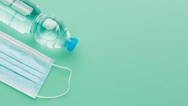Widok z góry maska medyczna i miejsce na kopię butelki