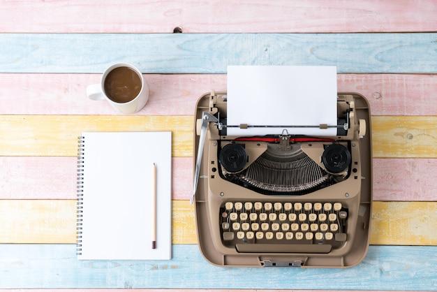 Widok z góry maszyny do pisania w stylu retro