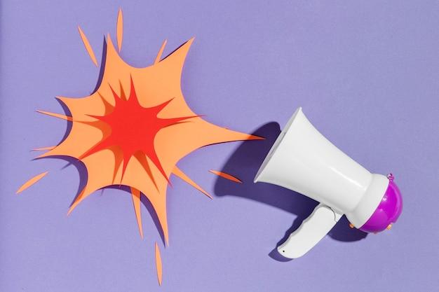 Widok z góry megafon w kształcie papieru