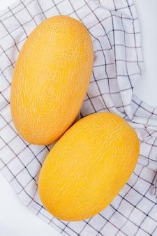 Widok z góry melonów na kratę i białe tło