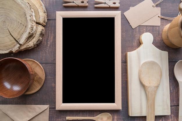 Widok z góry menu tablicy z drewnianymi łyżkami