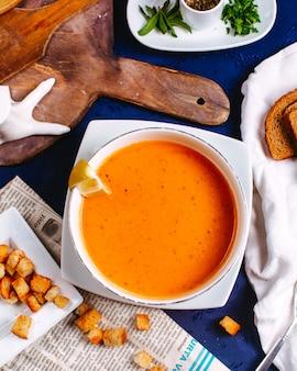 Widok z góry merji zupa smaczny słynny posiłek wschodni wewnątrz białej tablicy na niebieskiej powierzchni