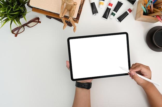Widok z góry męskiego grafika rysuje na tablecie cyfrowym