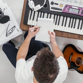 Widok z góry mężczyzna pisze na notebooku