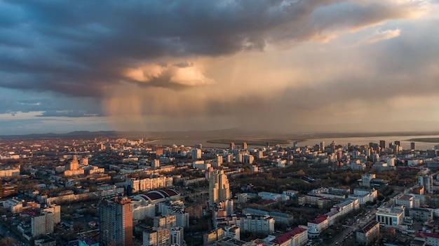 Widok z góry miasta chabarowsk zachód słońca piękne chmury w deszczu zdjęcia wysokiej jakości