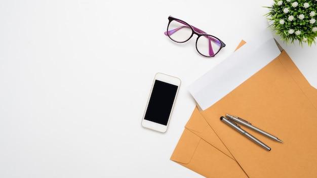 Widok z góry miejsca pracy i wyposażenia biura dokumentów na biurku