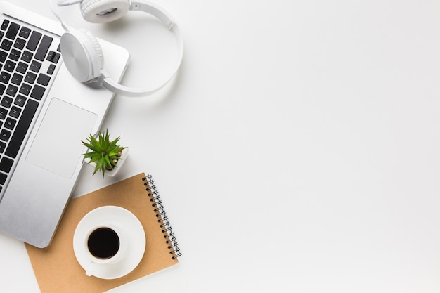 Widok z góry miejsca pracy z laptopem i miejsca kopiowania