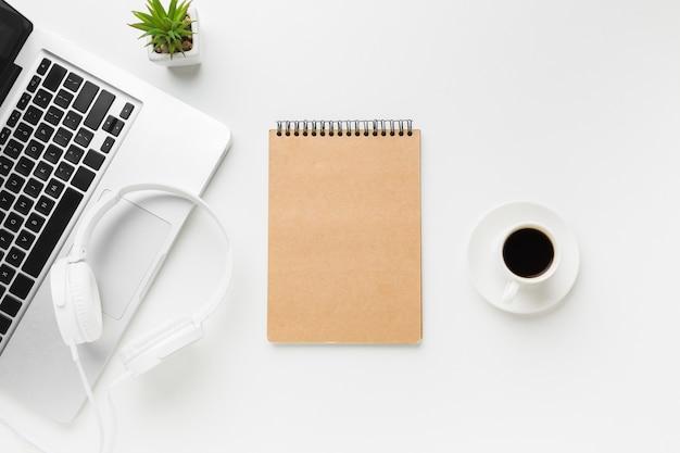 Widok z góry miejsca pracy z laptopem i notebookiem