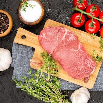 Widok z góry mięsa z ziołami i pomidorami