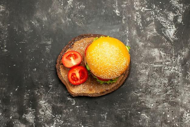 Widok z góry mięsny burger z warzywami na ciemnej powierzchni bułka fast-food