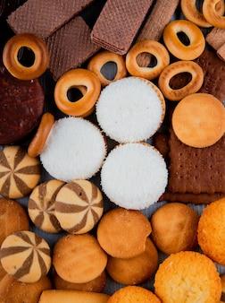 Widok z góry mieszanka herbatników z suchymi bułeczkami i piankami czekoladowymi