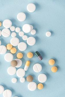 Widok z góry mieszanych tabletek i kapsułek