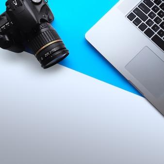 Widok z góry minimalnej przestrzeni roboczej z laptopem i kamerą