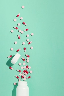Widok z góry minimalny asortyment tabletek leczniczych