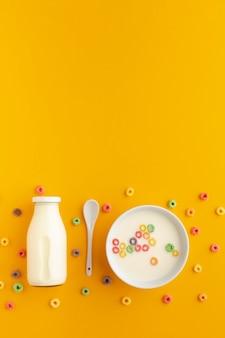 Widok z góry miska na płatki ze świeżym mlekiem