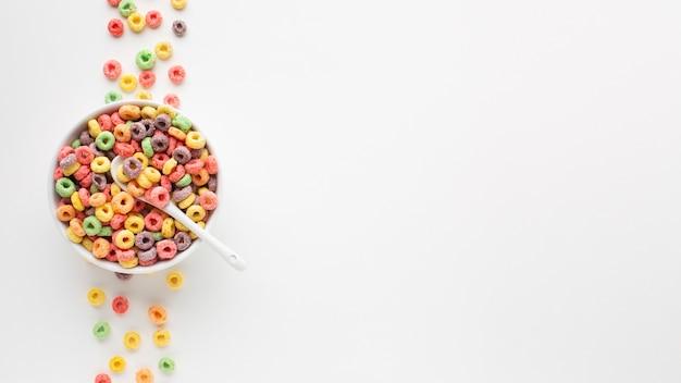 Widok z góry miska z kolorowymi płatkami