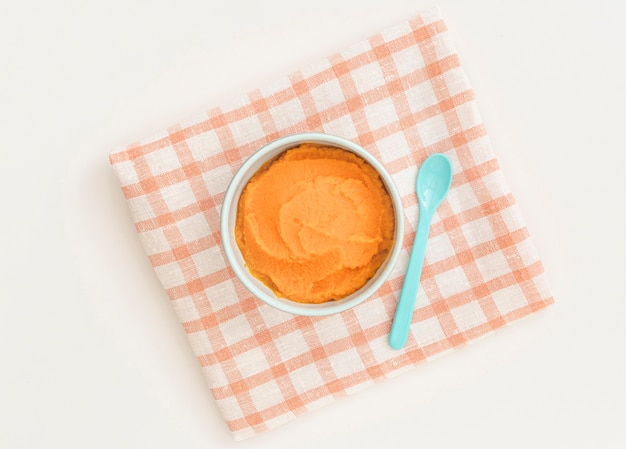 Widok z góry miska z puree z marchwi dla dzieci