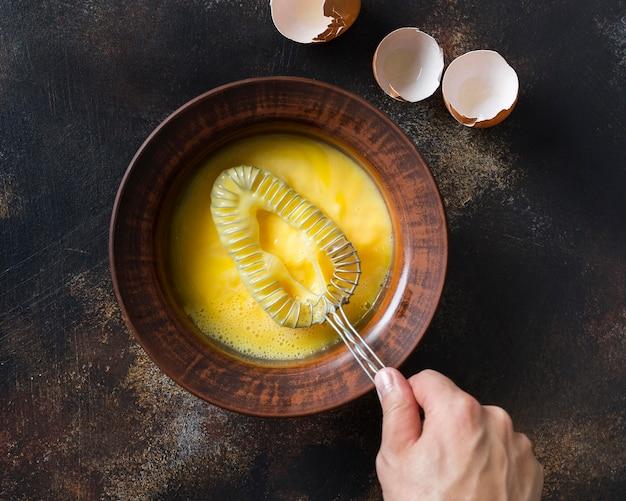 Widok z góry miska z żółtkiem jaj
