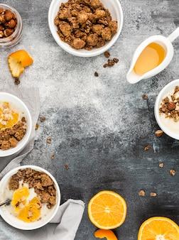 Widok z góry miski śniadaniowe z muesli i owocami