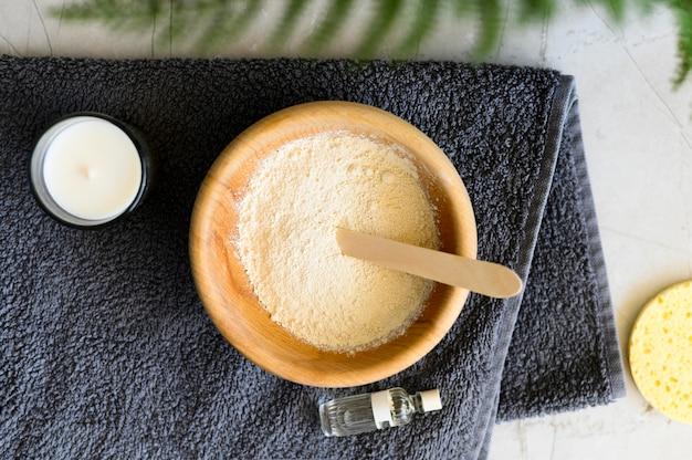 Widok z góry miski z proszkiem i olejkiem eterycznym