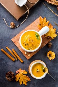 Widok z góry miski zupy dyni butternut na desce